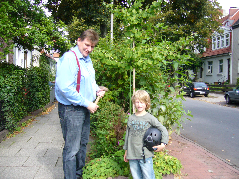 Beim Blumenzwiebelversenken. Rainer Hamann und der fragende Tjard