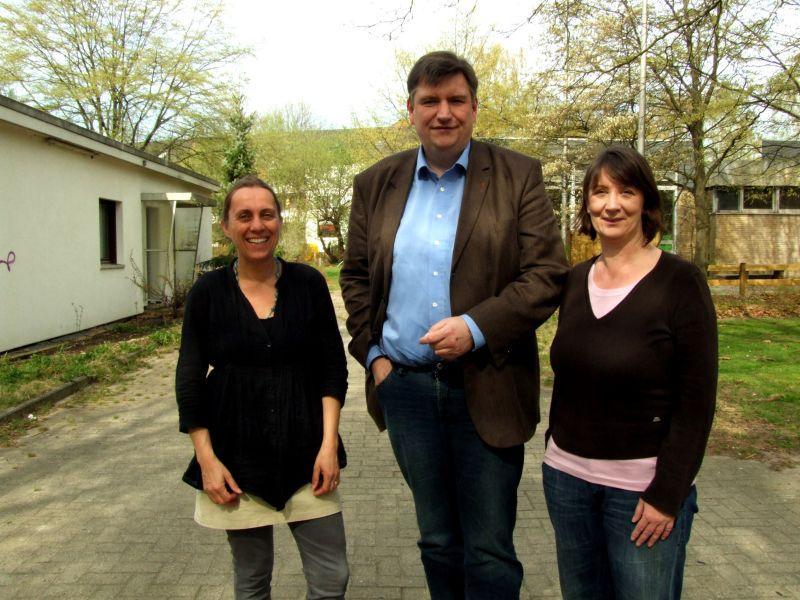Das Foto zeigt Einrichtungsleiterin Karen Weiß sowie Rainer Hamann und Iris Spieß (beide SPD).